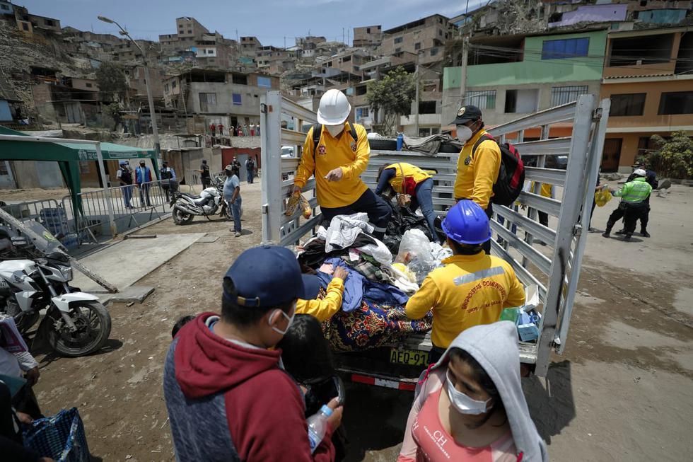 Las familias fueron reubicadas en una loza deportiva de la zona y han recibido víveres. Fotos Miguel Yovera / @photo.gec