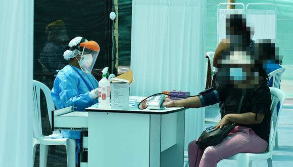 Trabajadora de la salud midiendo la presión a una paciente en Cerro Azul, distrito de Cañete. | Foto: Cortesía.