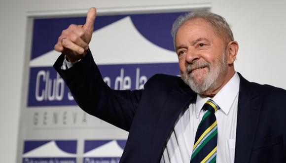 """El ex presidente brasileño Luiz Inácio Lula da Silva levanta el pulgar durante un evento titulado: """"Diálogo sobre la desigualdad con los sindicatos mundiales y el público en general"""" en el Club de Prensa de Ginebra el 6 de marzo de 2020. (Foto de Fabrice COFFRINI / AFP)."""