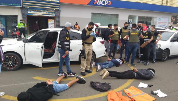 Agentes policiales incautaron armas de fuego y dos croquis de la agencia financiera