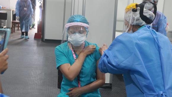 Avanzan con la vacunación contra la COVID al personal del hospital Honorio Delgado Espinoza  Foto: Eduardo Barreda