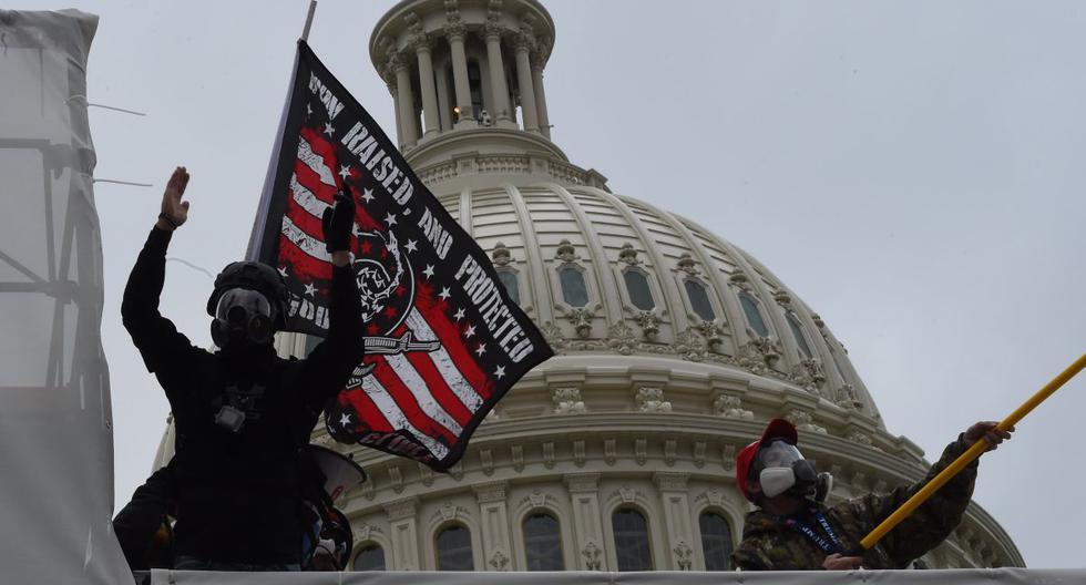 Los partidarios del presidente de los Estados Unidos, Donald Trump, protestan frente al Capitolio. (Foto de ROBERTO SCHMIDT / AFP).