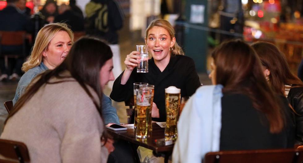 Imagen referencial. La gente bebe en las mesas exteriores de un lugar en el centro de Londres, el 24 de setiembre de 2020. (Foto de Tolga Akmen / AFP).