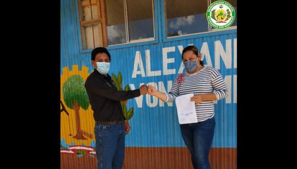 En esta foto publicada la semana pasada en el Facebook de su comuna se ve al alcalde Castro en una actividad que busca promover el manejo responsable de envases vacíos de insecticidas. (Difusión)