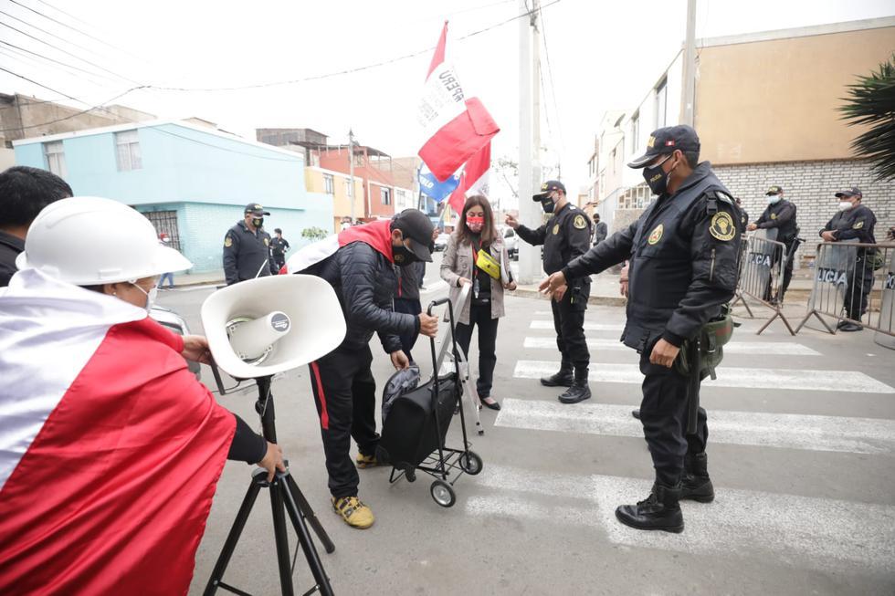 """En imágenes difundidas por Canal N se mostraron a cerca de 15 personas llegaron con parlantes y carteles con mensajes que piden mostrar el cuerpo del genocida. Entre los participantes se encuentra Flor de los Milagros Contreras, una mujer de 43 años que se define como """"pro familia, pro vida, anticomunista y pro libre mercado"""", y es uno de los rostros más conocidos de La Insurgencia. También en el lugar hay presencia de agentes de la Policía Nacional. (Foto: Britanie Arroyo / @photo.gec)"""