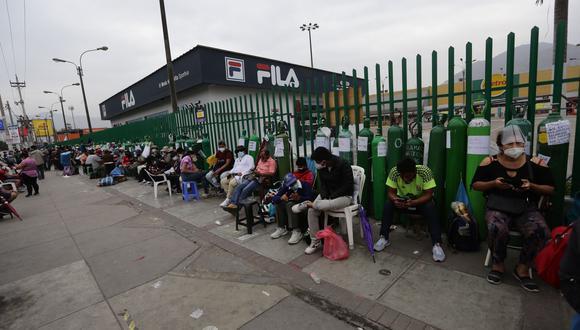 Personas hacen largas colas para la recarga de oxígeno medicinal en los exteriores de la planta de oxígeno de Sisol Salud en San Juan de Lurigancho. Fotos: Fernando Sangama / @photo.gec