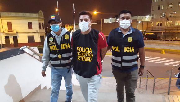 El detenido César Alayo al momento de ser trasladado a la DIRINCRI.