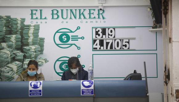 En el mercado paralelo o casas de cambio de Lima, el tipo de cambio se cotiza a S/ 3.860 la compra y S/ 3.900 la venta de cada billete verde. (Foto: Eduardo Cavero / GEC)