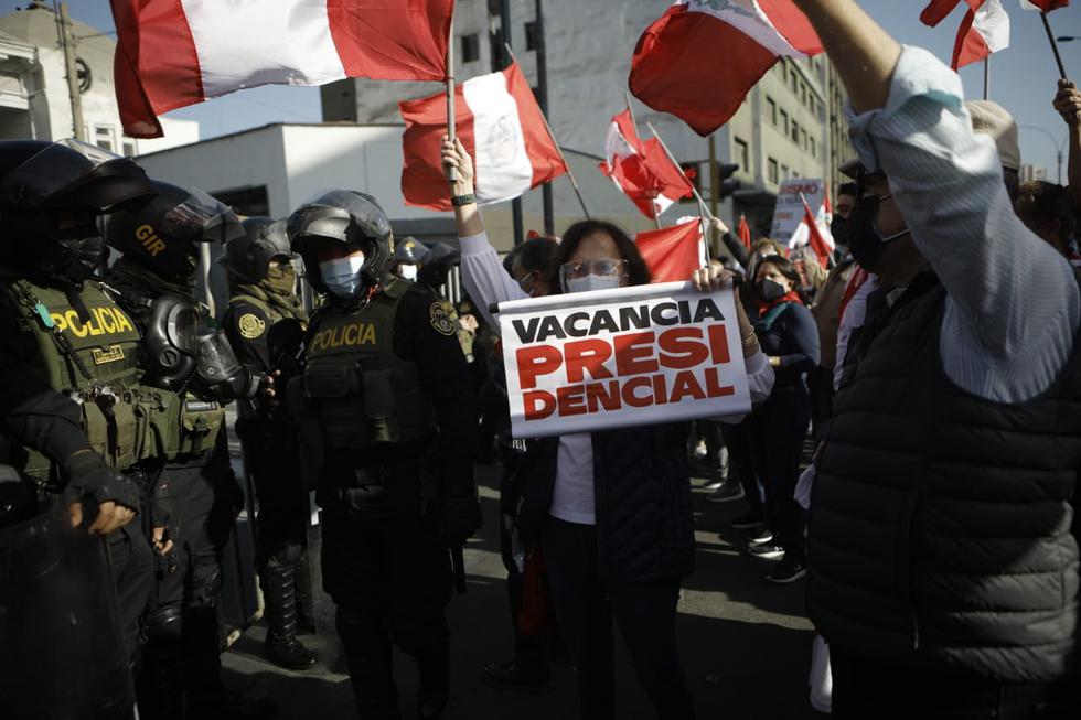 Un grupo de manifestantes realiza una marcha este jueves en el Centro de Lima para exigir la vacancia del presidente Pedro Castillo y por no estar de acuerdo con el nuevo gabinete. (Fotos: Joel Alonzo/@photo.gec)