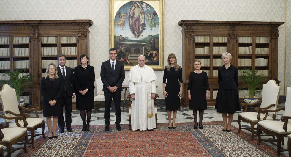 Imagen muestra al Papa Francisco (centro) en medio de una reunión con el presidente del gobierno español Pedro Sánchez en el Vaticano. (EFE/EPA/VATICAN).