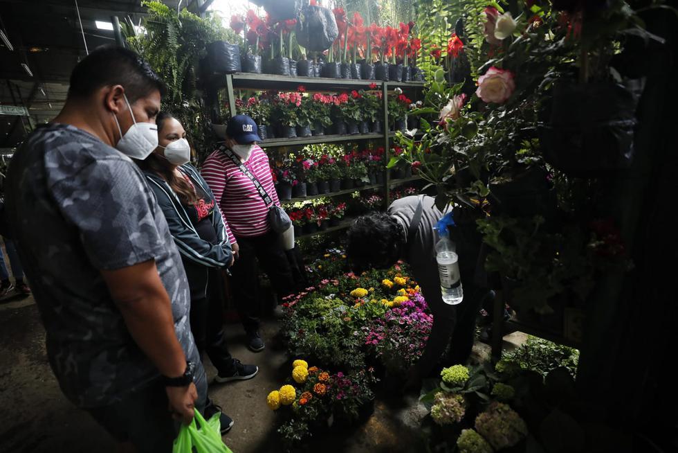 Decenas de personas se han acercado al Mercado de Flores Piedras Liza en el Rímac para realizar sus compras. Fotos Miguel Yovera / @photo.gec