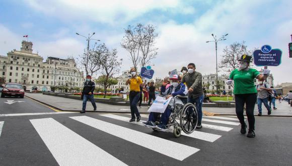 Se debe respetar las rampas y estacionamientos destinados para el uso de las personas con discapacidad.