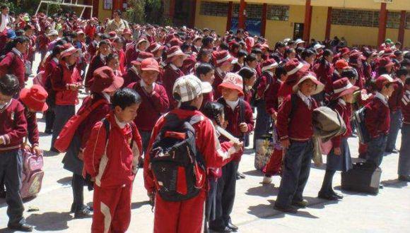 Niños inician clases sin materiales del Minedu