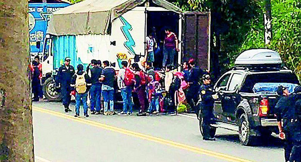 Detienen a tres por trasladar a 13 pasajeros en tolva de camión de Lima a Huancayo