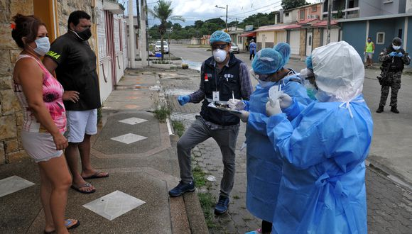 Varias personas desconocen el paradero de sus familiares fallecidos por el coronavirus. (Foto: AFP/José Sánchez Lindao)