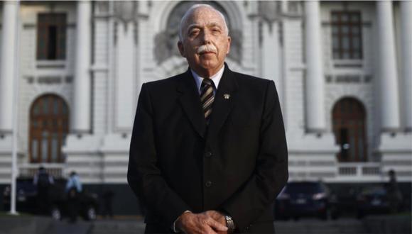 Carlos Tubino posa frente al Congreso de la República. Foto: GEC