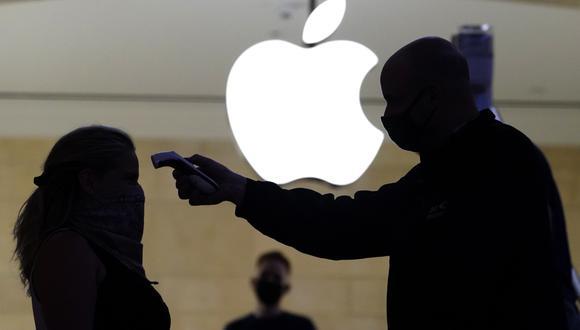 Imagen referencial. Una mujer recibe un control de temperatura cuando ingresa a la Apple Store en Nueva York (Estados Unidos). (TIMOTHY A. CLARY / AFP).