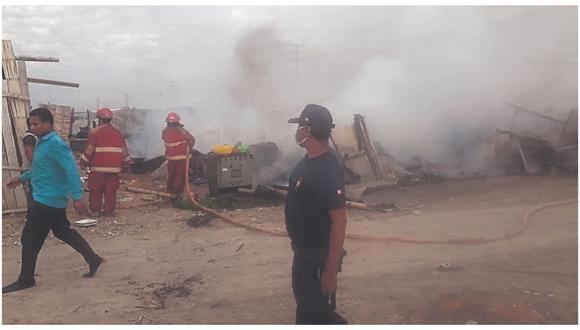 Las viviendas se redujeron a cenizas luego que prendieran fuego a la basura. Personal de la comuna del sector brinda ayuda.