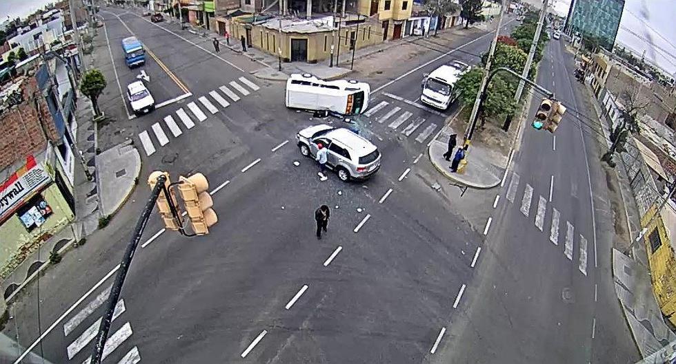Combi con pasajeros choca con camioneta chilena y luego vuelca
