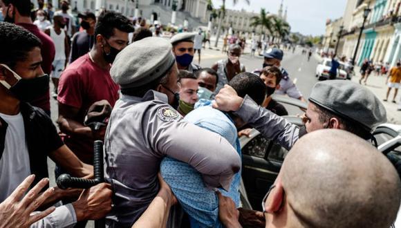 Un hombre es arrestado durante una manifestación contra el gobierno del presidente cubano Miguel Díaz-Canel en La Habana, el 11 de julio de 2021. (Foto de ADALBERTO ROQUE / AFP)