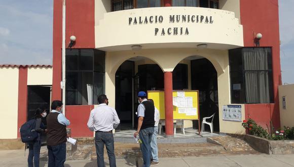 Se reunieron en las afueras de municipio y decidieron presentar su renuncia la mañana de este lunes. (Foto: Difusión)