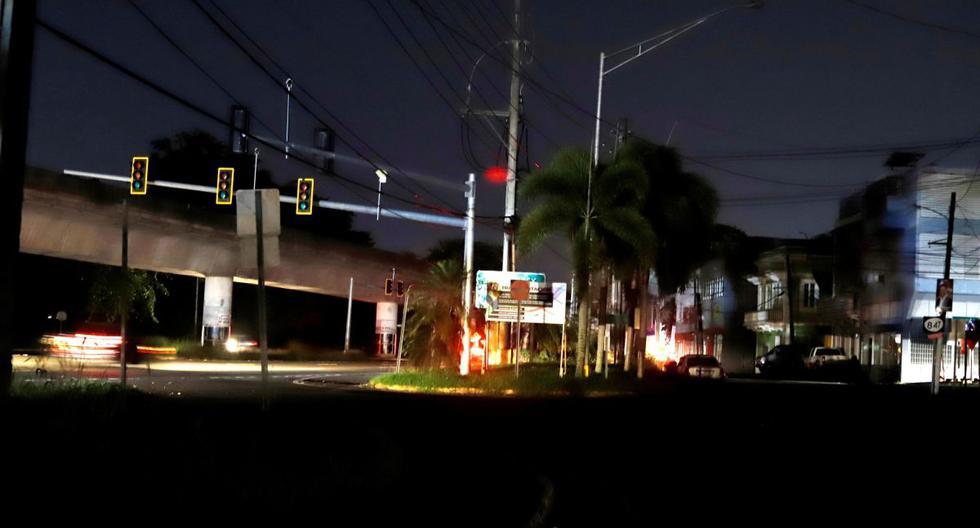 Vista de una calle sin iluminación y sin semáforos funcionando debido al incendio en subestación de energía de Monacillos, en San Juan (Puerto Rico). (EFE/Thais llorca).