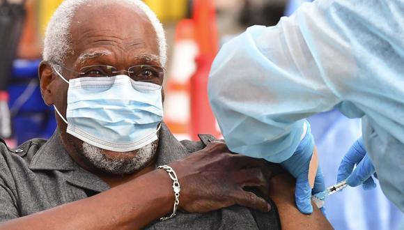 El Panel de Expertos en Asignación de Vacunas del estado hizo la recomendación de expandir la vacuna, pese a la indicación del Gobierno de prioriza al personal de salud. (Foto: AFP)