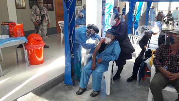 Dispositivo biológico es introducido en el cuerpo de un adulto mayor en el colegio Coronel Bolognesi. (Foto: Adrian Apaza)