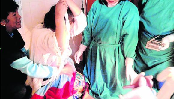 Mujeres dan a luz sujetas de una soga y de cuclillas