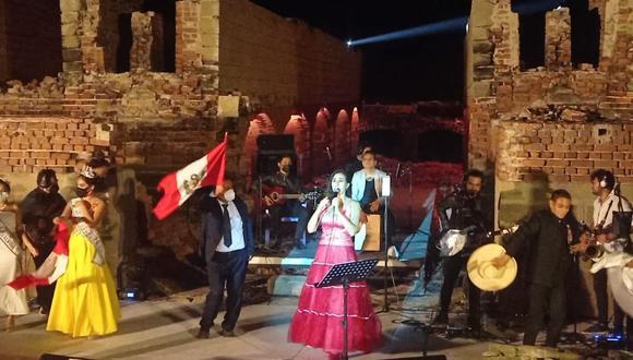 La artista nacional llegó a la provincia de Sechura para entonar una serenata al país con motivo del Bicentenario de la Independencia.