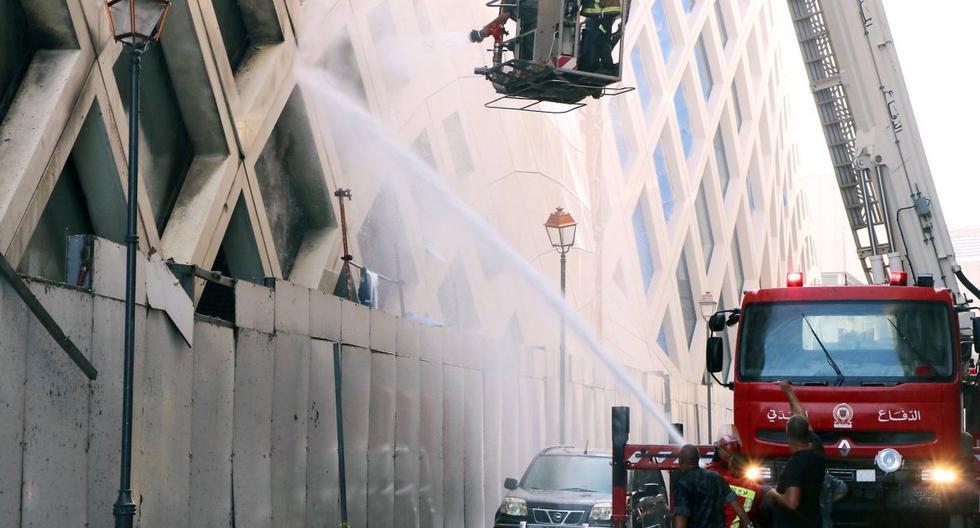 Imágenes difundidas en las redes sociales internautas mostraban llamas y una columna de humo negro que escapaban de un edificio diseñado por la célebre arquitecta iraquí-británica, Zaha Hadid, fallecida en 2016. (EFE/EPA/WAEL HAMZEH).