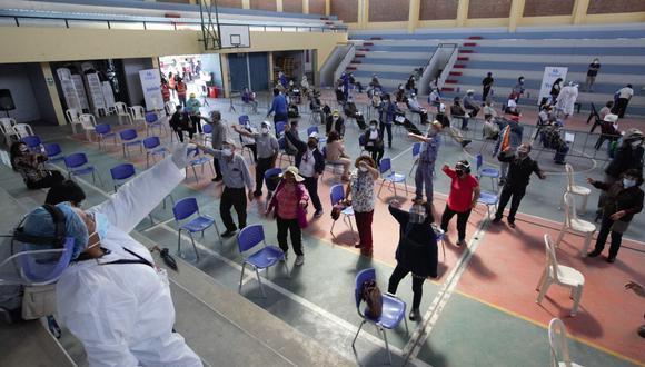 Los mayores de 60 años se dieron tiempo para bailar, luego de recibir la primera dosis en Arequipa| Foto: Leonardo Cuito