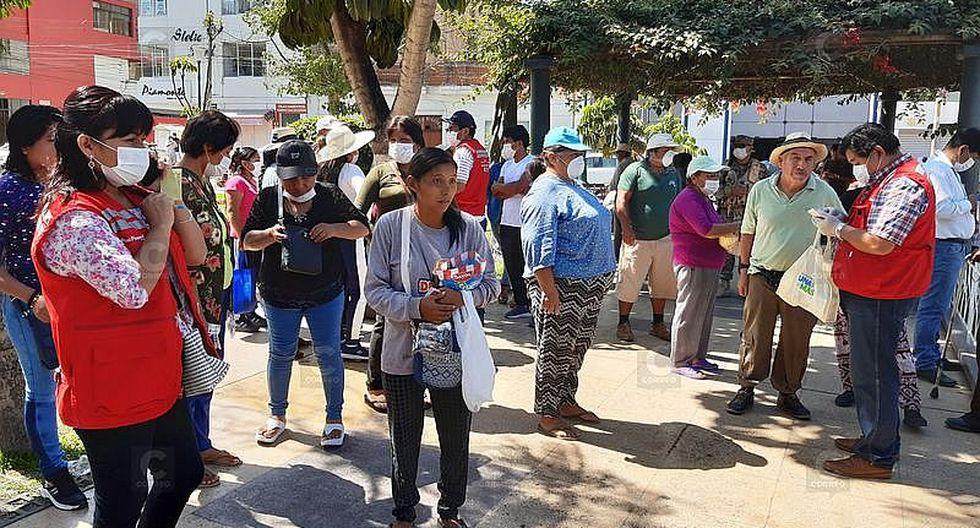 Tacna: Largas colas en bancos por bono del Midis