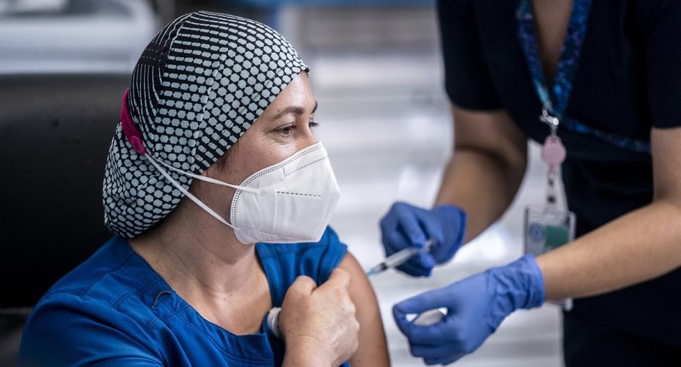 La enfermera Zulema Riquelme recibe la primera de dos inyecciones de la vacuna Pfizer / BioNTech, en el Hospital Metropolitano de Santiago, el 24 de diciembre de 2020. (Texto y foto: AFP).