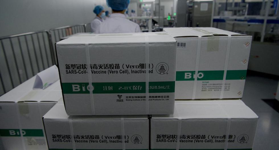 Cajas de la vacuna SARS-Cov-2 inactivada de Sinopharm se apilan en un taller de empaque en Beijing (China) durante una gira de medios organizada por la Oficina de Información del Consejo de Estado (SCIO), el 26 de febrero de 2021. (Foto: AFP).