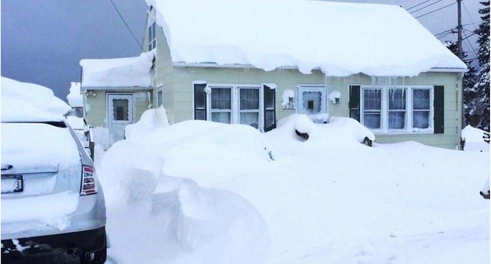 """Anciano atrapado en su casa cubierta por la nieve fue """"salvado"""" por la policía"""