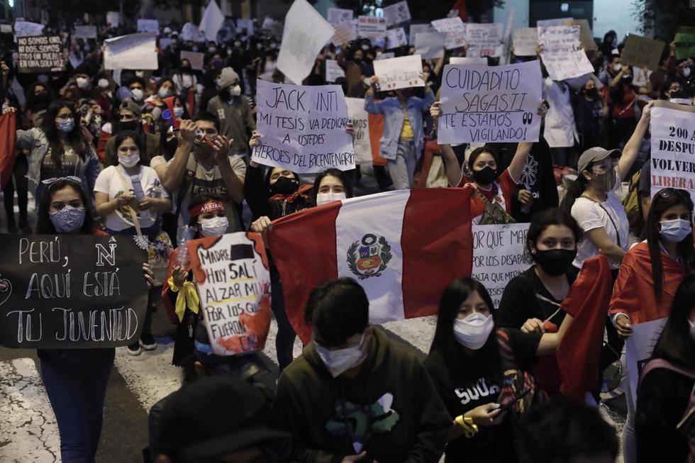 Con carteles en mano y banderas peruanas, cientos de jóvenes llegaron hasta los exteriores del Congreso, luego de realizarse la ceremonia de juramentación de Francisco Sagasti como Presidente de la República. (Foto: Leandro Britto / @photo.gec)