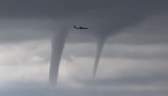 YouTube: El escalofriante video de un avión volando entre tres tornados en Rusia