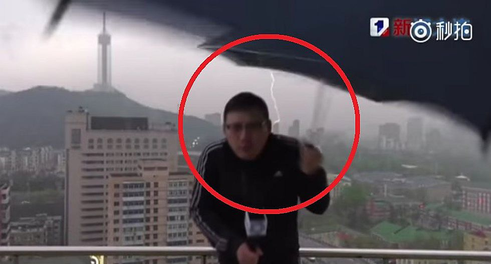 YouTube: rayo impacta a reportero chino en vivo (VIDEO)