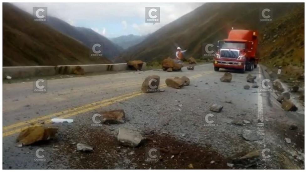 Pase lento en Carretera Central debido a la caída de rocas sobre la vía (FOTOS)