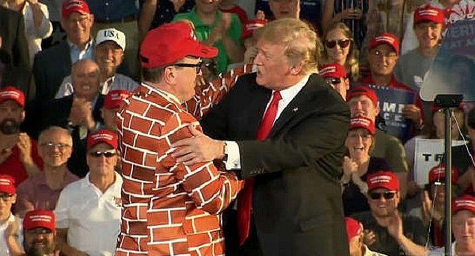 EEUU: Donald Trump abraza a un hombre vestido de muro fronterizo (VIDEO)