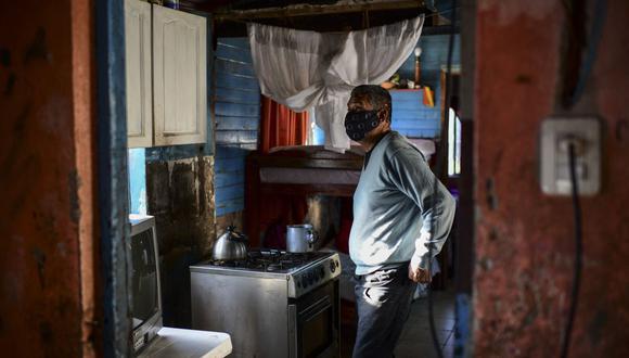 """""""Vi a muchos morir, vi a hijos despidiéndose de sus padres a través de un cristal; yo no quería que mis hijos pasaran por eso"""", cuenta Raul Almirón tras superar el coronavirus en Argentina  (Foto de RONALDO SCHEMIDT / AFP)."""