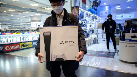 En esta foto tomada el pasado 12 de noviembre de 2020 se aprecia a un cliente se aleja después de comprar la nueva Sony Playstation PS5 en Seúl. (Ed JONES / AFP)