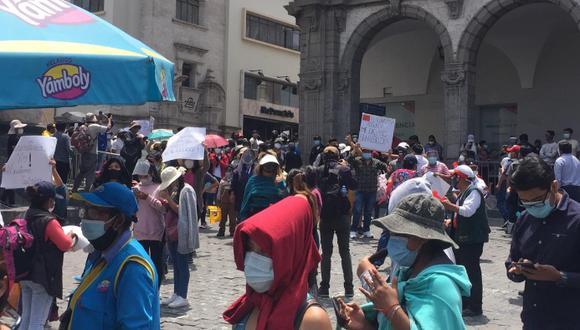 Los manifestantes no están de acuerdo con las nuevas medidas impuestas por el Gobierno Central para frenar los casos de coronavirus . (Foto: Correo)