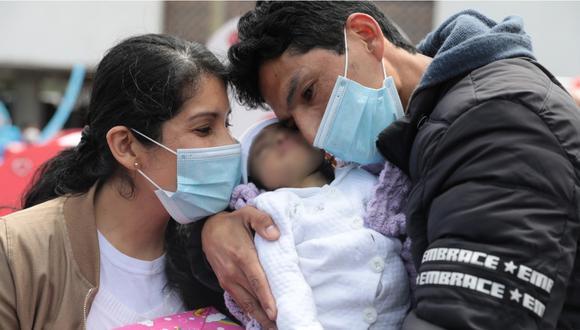 La madre con su pequeña hija y su pareja en el hospital Rebagliati. | Foto: EsSalud.