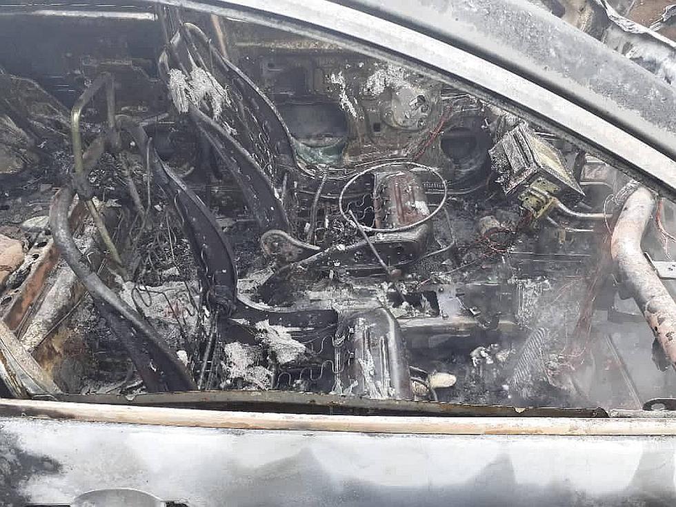 Pobladores dan dura paliza a tres sospechosos y queman el auto en el que se desplazaban (FOTOS Y VIDEO)