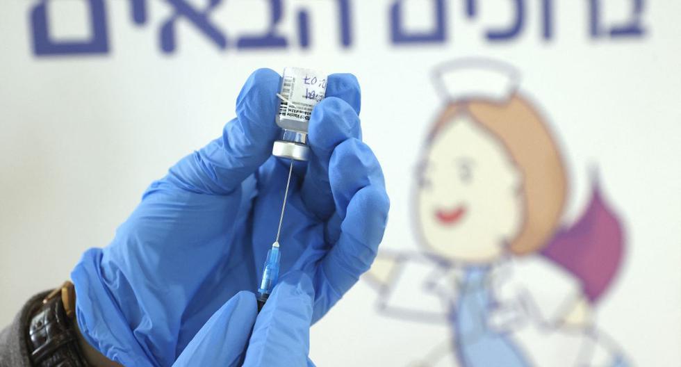 Un trabajador de la salud de Israel se prepara para administrar una dosis de la vacuna Pfizer-BioNtech contra el coronavirus en Tel Aviv. (Foto de JACK GUEZ / AFP).