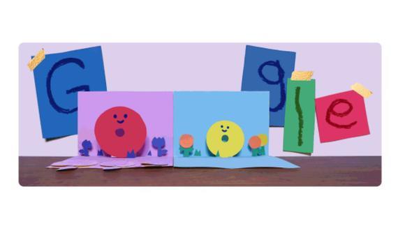 En la animación se observa un fondo de colores con las letras de Google en cartulinas. Tras unos segundo se despliegan un par de tarjetas donde se aprecian dos letras 'o' que representan a mamá y a un hijo rodeados de corazones. (Captura / Google)