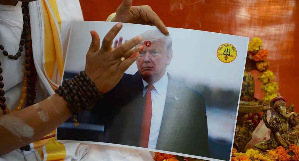 Un sacerdote hindú realiza un ritual durante las oraciones organizadas por Hindu Sena, un grupo hindú de extrema derecha, en busca de las bendiciones de los dioses y para unir a India y los Estados Unidos de América contra los fanáticos islámicos radicales, en Nueva Delhi. (AFP)