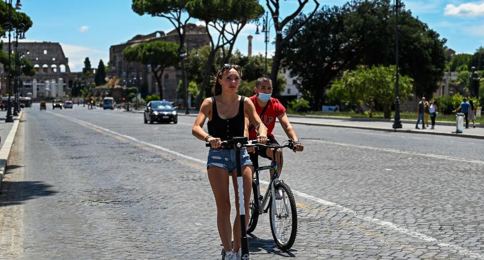 Imagen referencial. Una mujer monta un scooter eléctrico en medio de la pandemia de coronavirus en Roma (Italia), el 22 de junio de 2020. (AFP/VINCENZO PINTO).